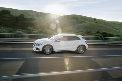 Mercedes-Benz GLA X156 Aussenansicht Seite dynamisch weiss