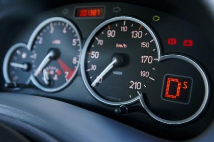 Peugeot 206 Dreitürer Innenansicht statisch Studio Detail Tacho