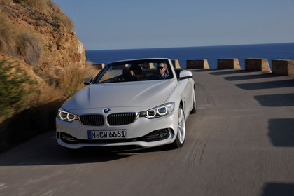 BMW 4er Cabrio F33 Aussenansicht Front dynamisch weiss