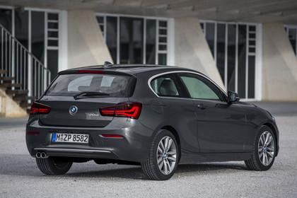 BMW 1er Dreitürer F21 Facelift Aussenansicht Heck schräg statisch grau