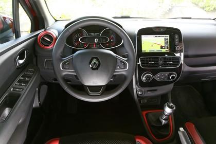 Renault Clio 4 Innenansicht statisch Vordersitze und Armaturenbrett fahrerseitig