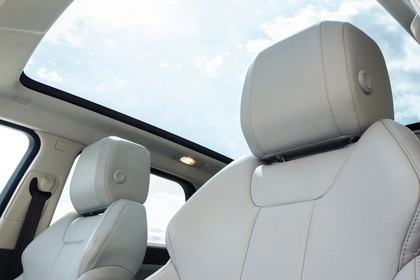 Range Rover Evoque L538 Innenansicht Fahrerposition Detail Panoramadach statisch weiss