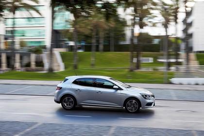 Renault Megane IV Aussenansicht Seite dynamisch silber