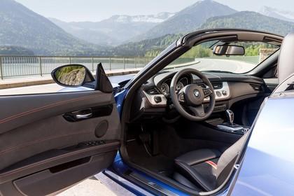 BMW Z4 E89 Innenansicht Fahrerbereich statisch blau schwarz