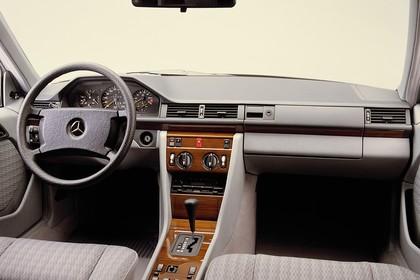 Mercedes E-Klasse Limousine W124 Studio Innenansicht Cockpit statisch grau