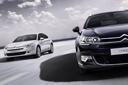 Citroën C5 und C5 Tourer R Aussenansicht Front schräg dynamisch weiss blau