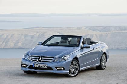 Mercedes-Benz E-Klasse Cabriolet A207 Aussenansicht Front schräg statisch blau