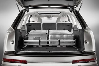 Audi Q7 4M Aussenansicht Heck Kofferraum geöffnet Studio statisch silber