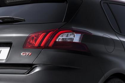 Peugeot 308 GTi T9 Aussenansicht Heck statisch Detail Rückleuchte rechts und GTi Schriftzug schwarz