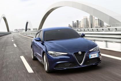 Alfa Romeo Giulia ZAR 952 Aussenansicht Front schräg dynamisch dunkelblau
