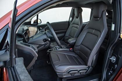 BMW i3 Innenansicht Einstieg Vordersitze Studio statisch schwarz