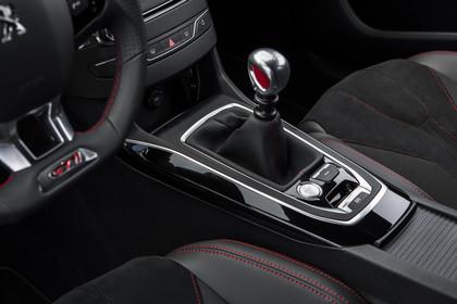 Peugeot 308 GTi T9 Innenansicht statisch Detail Lenkrad Mittelkonsole und Handschalter