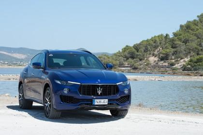 Maserati Levante Aussenansicht Front schräg statisch dunkelblau