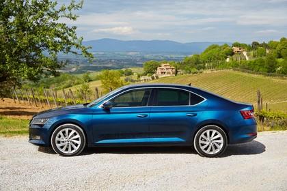 Skoda Superb Limousine 3V Aussenansicht Seite statisch blau
