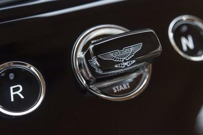 Aston Martin Rapide S Innenansicht statisch Detail Startknopf
