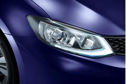 Nissan Pulsar C13 Aussenansicht Front schräg statisch Studio Detail Scheinwerfer rechts blau