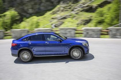 Mercedes GLC Coupe C253 Aussenansicht Seite dynamisch blau