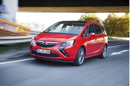 Opel Zafira C TourerAussenansicht Front schräg dynamisch rot