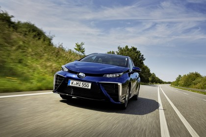 Toyota Mirai Aussenansicht Front dynamisch blau