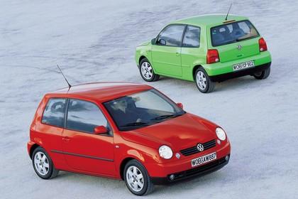 VW Lupo 6E Aussenansicht Front Heck schräg statisch rot grün