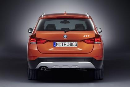 BMW X1 E84 LCI Aussenansicht Heck statisch Studio orange