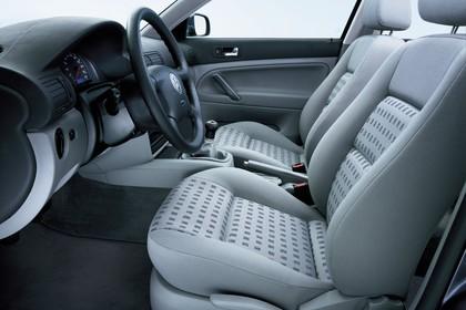 VW Passat Limousine B5 Facelift Innenansicht statisch Studio Vordersitze und Armaturenbrett fahrerseitig