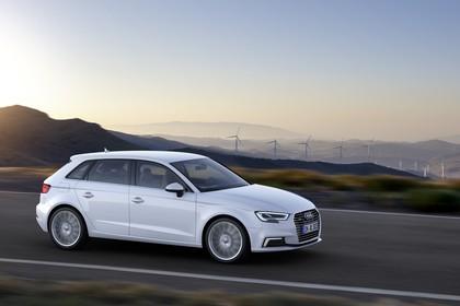 Audi A3 8V Sportback e-tron Aussenansicht Seite dynamisch weiss