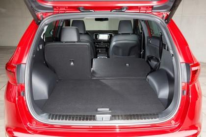 Kia Sportage QL Innenansicht Kofferraum statisch schwarz rot