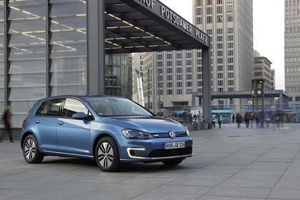 VW Golf 7 e-Golf Aussenansicht Front schräg statisch blau