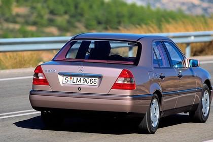 Mercedes-Benz C-Klasse Limousine W202 Aussenansicht Heck schräg dynamisch braun
