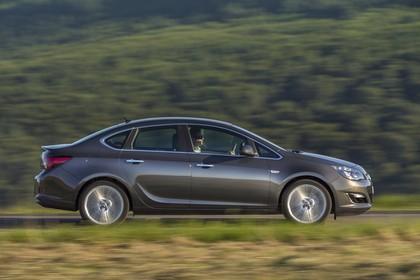 Opel Astra J Limousine Aussenansicht Seite dynamisch silber