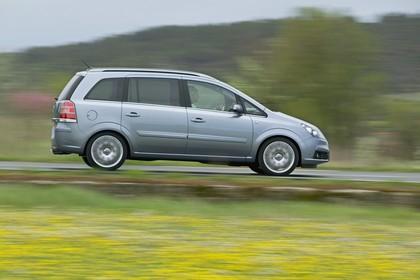 Opel Zafira B Aussenansicht Seite dynamisch silber