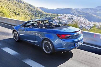 Opel Cascada Aussenansicht Heck schräg dynamisch blau