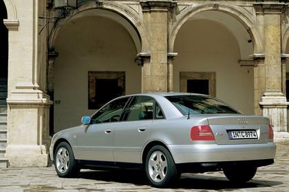 Audi A4 Limousine B5 Aussenansicht Heck schräg statisch silber