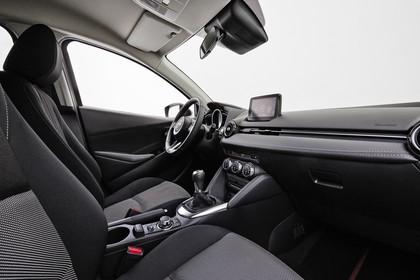 Mazda 2 DJ Innenansicht statisch Studio Vordersitze und Armaturenbrett beifahrerseitig
