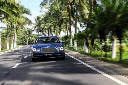 Bentley Flying Spur Aussenansicht Front dynamisch blau