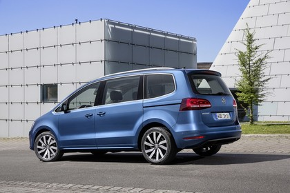 VW Sharan Aussenansicht Seite schräg statisch blau