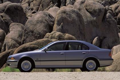 BMW 5er Limousine E39 Aussenansicht Seite statisch silber