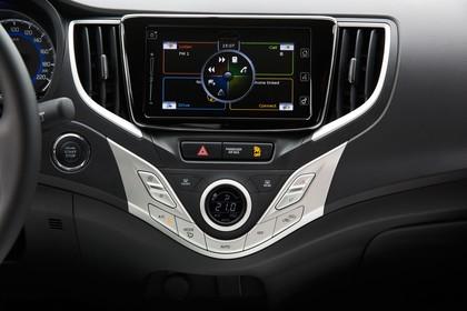Suzuki Baleno EW Innenansicht statisch Detail Infotainmentbildschrim und Klimabedienanteil