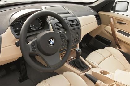 BMW X3 E83 Innenansicht statisch Vordersitze und Armaturenbrett fahrerseitig