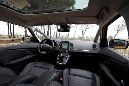 Renault Scenic RFA Innenansicht statisch Vordersitze und Armaturenbrett beifahrerseitig