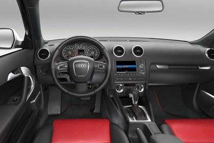 Audi A3 8P 3türer Innenansicht  Fahrerposition Studio statisch rot schwarz