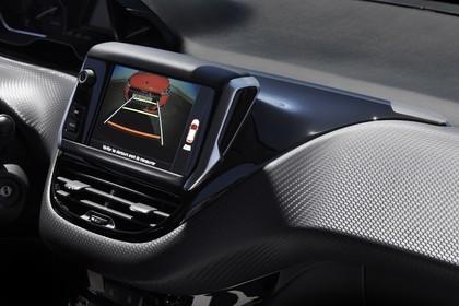 Peugeot 208 A9 Innenansicht statisch Studio Detail Infotainmentbildschrim Rückfahrkamera