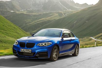 BMW 2er M2 Coupe F87 Aussenansicht Front schräg dynamisch blau