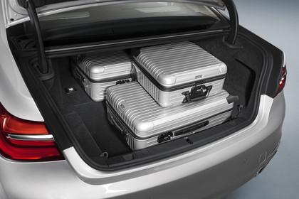 BMW 7er G11/G12 Aussenanansicht Heck Kofferraum geöffnet und beladen Studio statisch silber