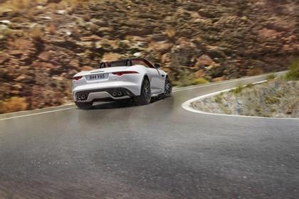 Jaguar F-Type AWD R Cabriolet QQ6 Aussenansicht Heck schräg dynamisch weiss
