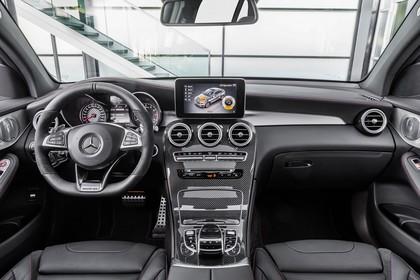 Mercedes-AMG GLC 43 4MATIC Coupé C253 Innenansicht statisch Vordersitze und Armaturenbrett