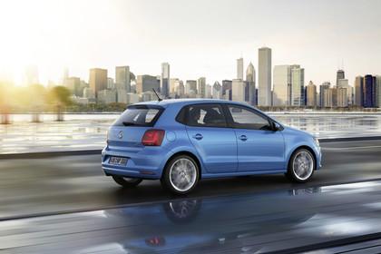 VW Polo 6R Facelift Fünftürer Aussenansicht Heck schräg dynamisch blau