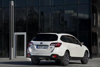 Subaru Outback Aussenansicht Heck schräg statisch weiss