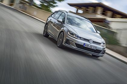 VW Golf 7 Variant Facelift Aussenansicht Front schräg dynamisch grau